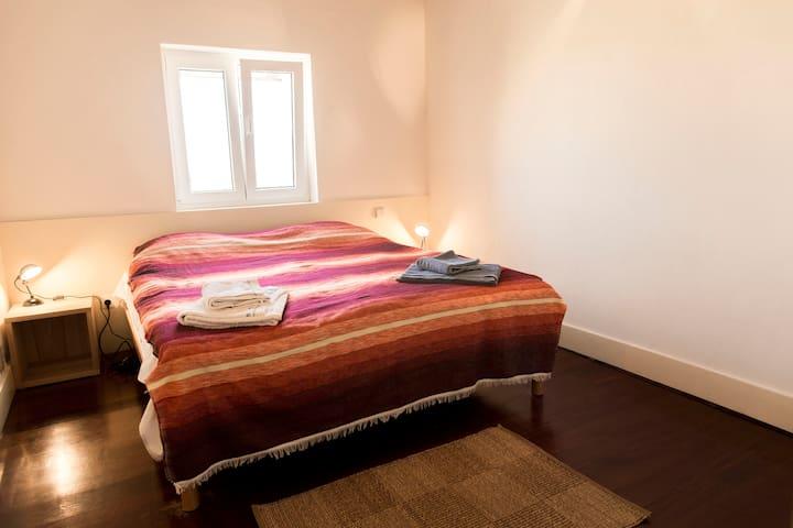 Quarto casal cama king size, closet e quarto de banho/Double bedroom with king size bed, closet and bathroom