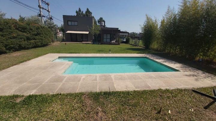 Casa con piscina en un entorno verde  y tranquilo
