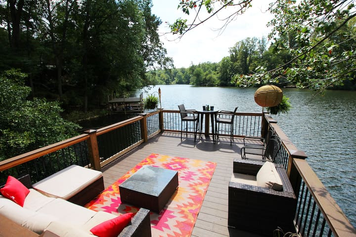 Cozy Lakeside Apartment 7 min drive to downtown!