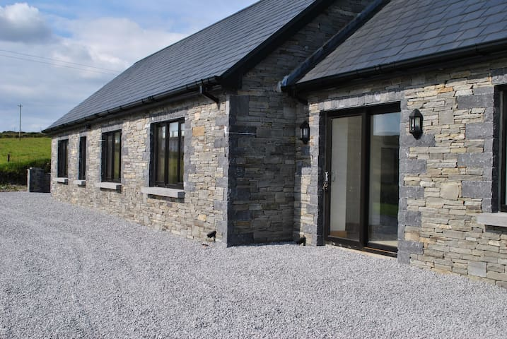 modern stone house with views of the mizen . - Schull - Casa