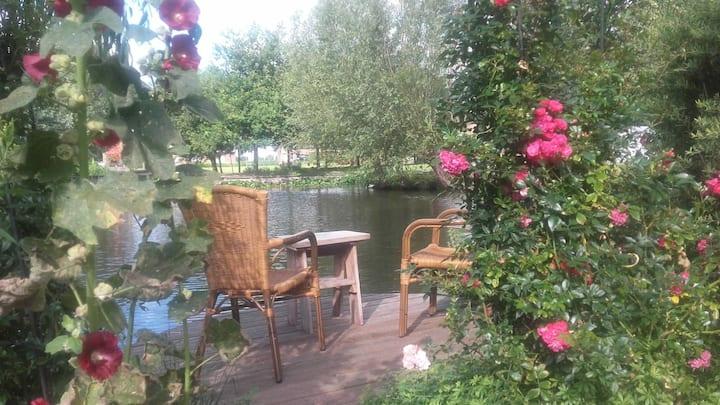 Rustieke plek met tuin aan het water + ontbijt