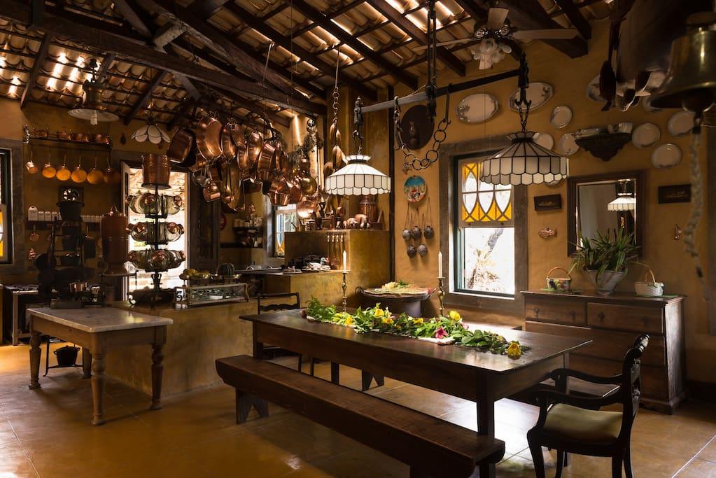 Cozinha colonial com fogão à lenha e fogão industrial (+ equipada)