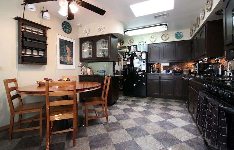 Modest Room, Grand Amenities - Lemon Grove - House