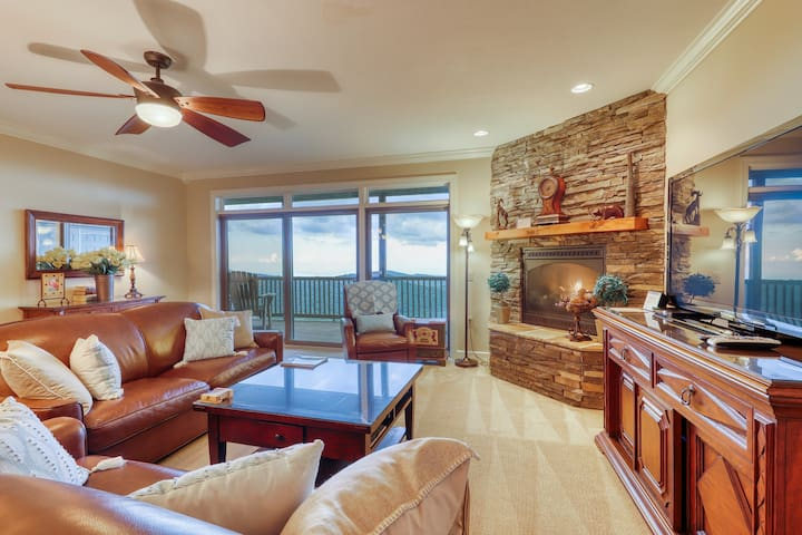Close-to-slopes condo w/gourmet kitchen & stone fireplace