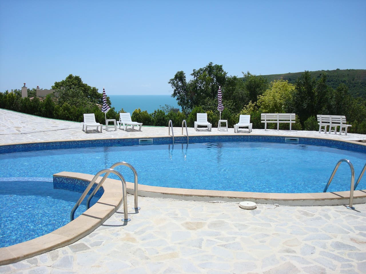 Swimming pool and sun chairs free of charge
