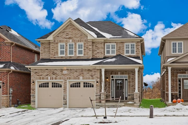 4 bedroom Single Home in Bowmanville