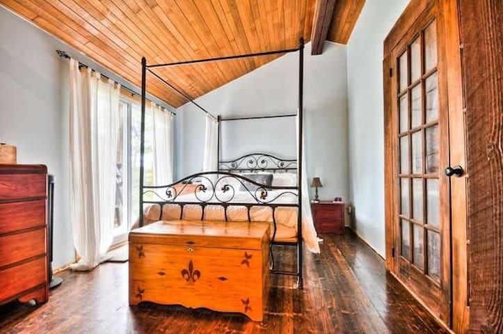 Chambre avec salon privé, foyer et balcon