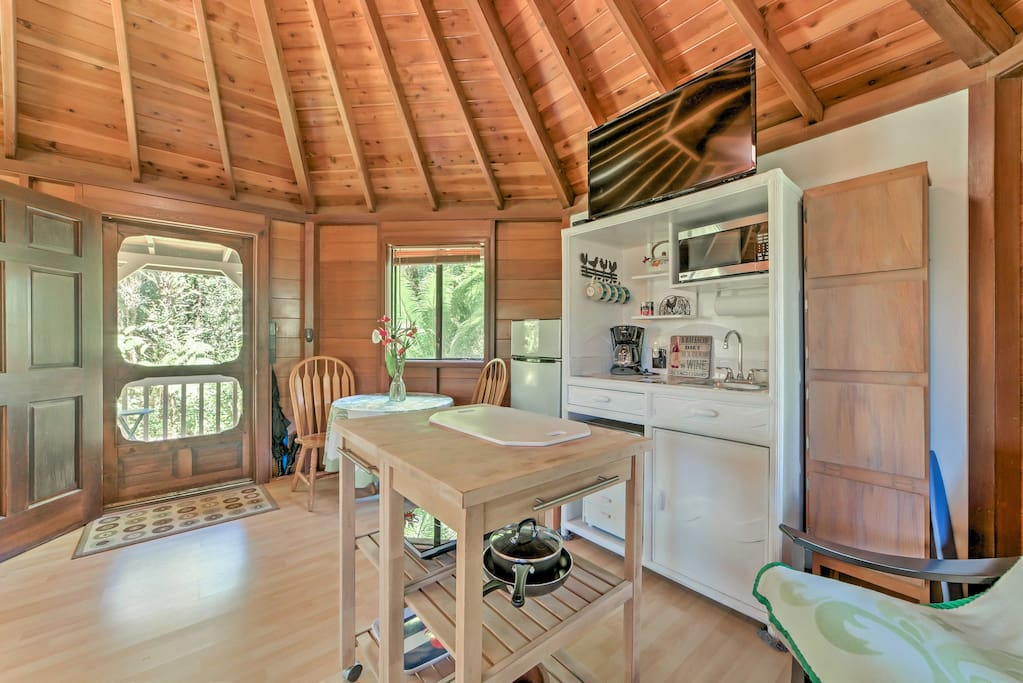 This jungle studio includes all the comforts needed in a true home-away-from-home.