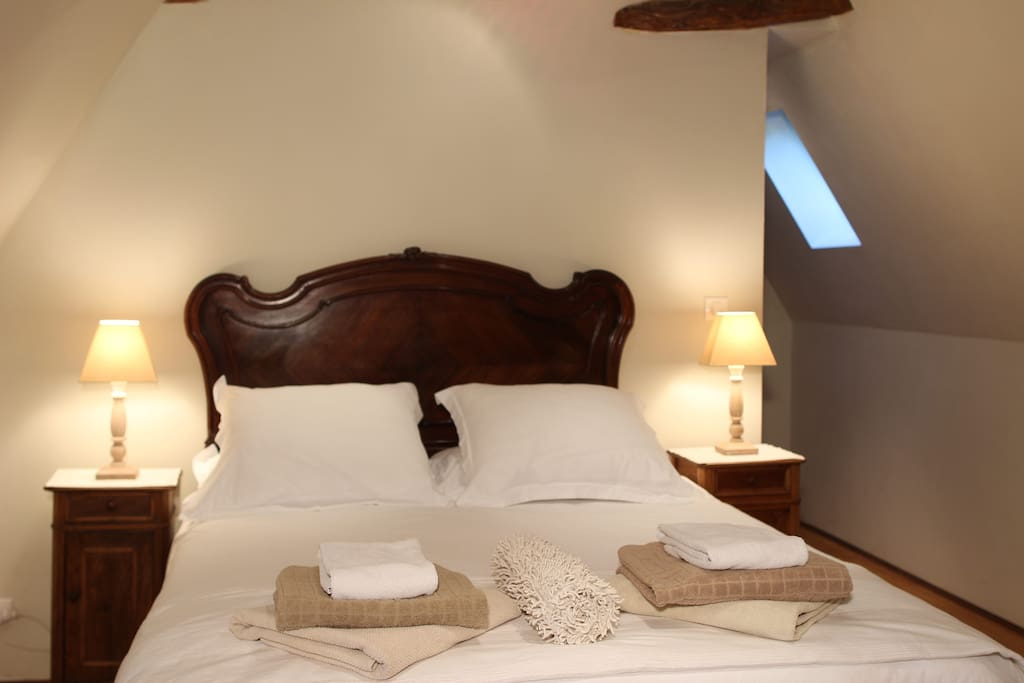 Main house - Queen bedroom with a comfortable 5ft bed, ceiling fan, dual aspect windows & ensuite shower room.