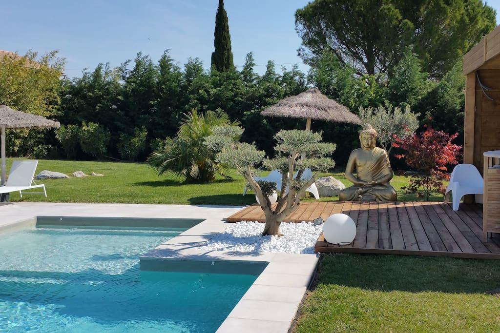 Un g te en provence piscine chauff e et jacuzzi maisons for Gite provence piscine