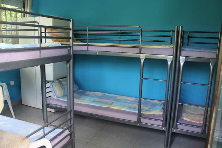 Bunk-bed room for 6 people with common bathroom