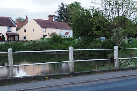 Lovely cottage by a church, a pond and the common. - Mulbarton