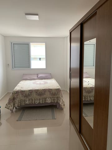 Suite , com roupa de cama e banho disponiveis. Quarto com ar condicionado