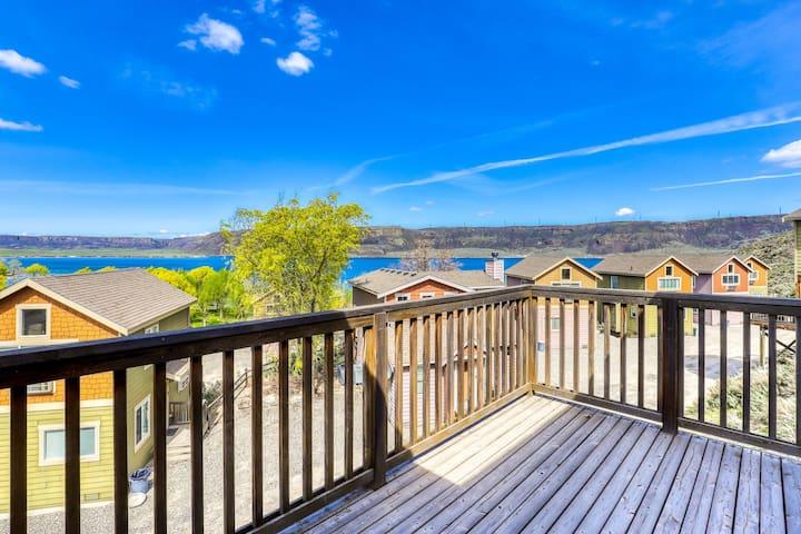 Dog-friendly dual level villa w/magnificent lake views, BBQ & private balcony