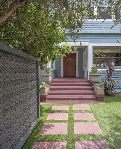 A+ LOCATION! 3BR Craftsman House with King beds