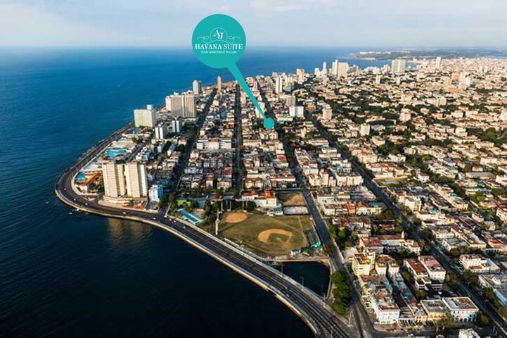 Excelente posición donde está ubicado el apartamento, en el barrio del Vedado, y a sólo 3 calles del malecón y del mar.