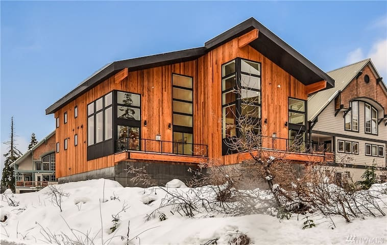 New, modern, luxury ski house 4 minutes from lift
