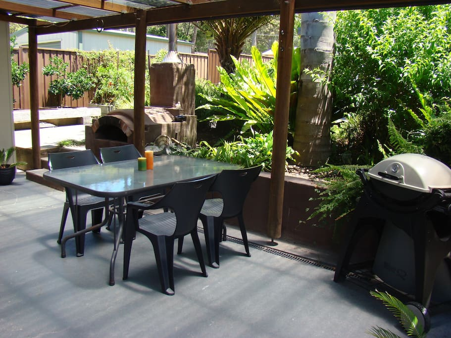 Outdoor patio with woodfired pizza oven & BBQ.