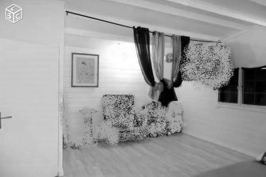 """Alors voila le grand salon, avec une petite fenêtre et une assez grande place   Ps : j'ai """"gribouillé"""" certaine chose car avant il m'appartenait et c'était mes meubles ^^ aujourd'hui il n'est plus comme ça, si vous voulez des photos demandez moi en privé j'irai en prendre d'autre..."""