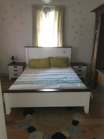 One room to rent. Queen size bed.