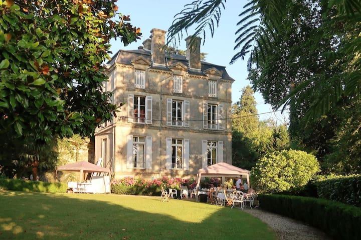BELLE SUITE DANS UN CHÂTEAU FAMILIAL DE BORDEAUX