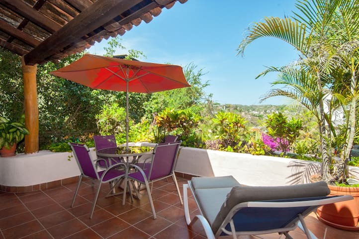 Private casita w terrace - close to beach/square