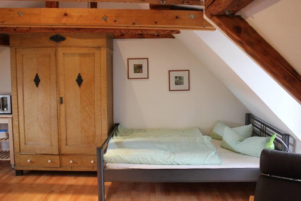 Schlafbereich mit großem Kleiderschrank (inkl. Kleiderbügel und Fächer)