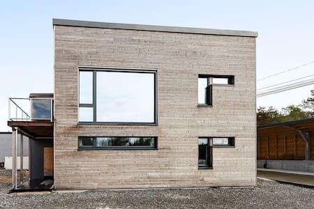 Enebolig sentralt på Straume - Fjell - Haus