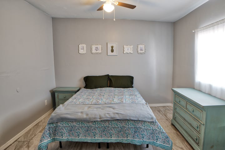 Spacious, Charming, & Private Chandler Room