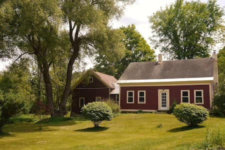 Hilltown 1820 farmhouse on 1 acre - Cummington