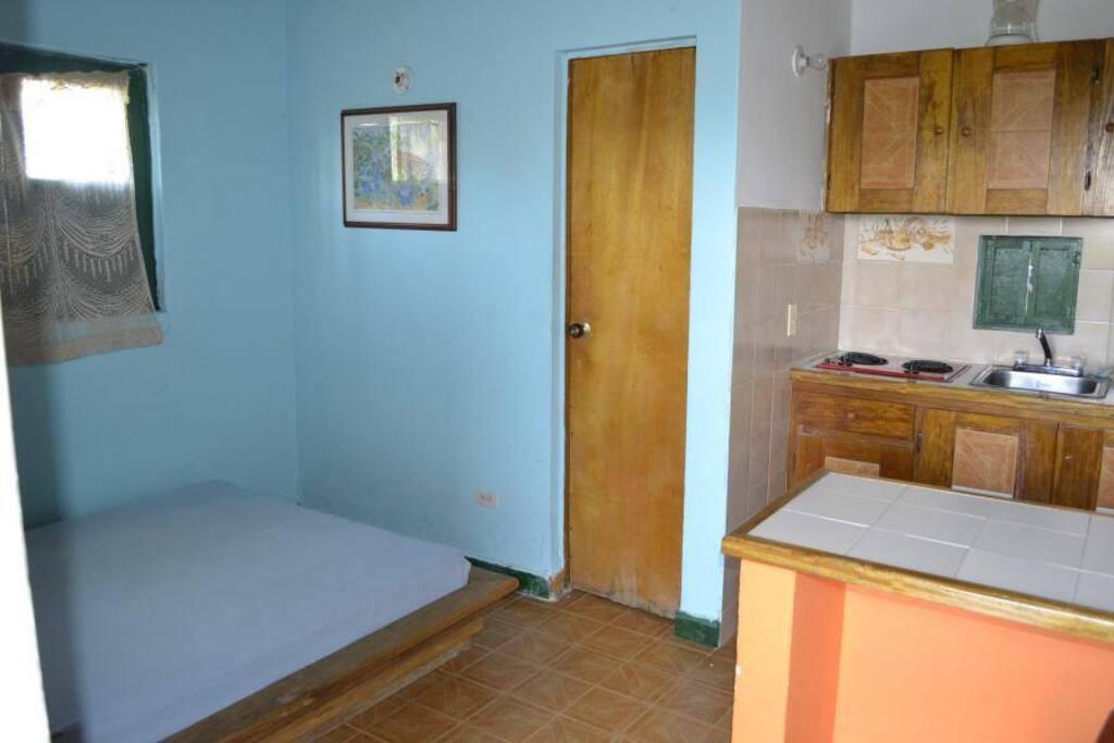 Habitación con cama doble, baño privado con agua caliente y cocineta