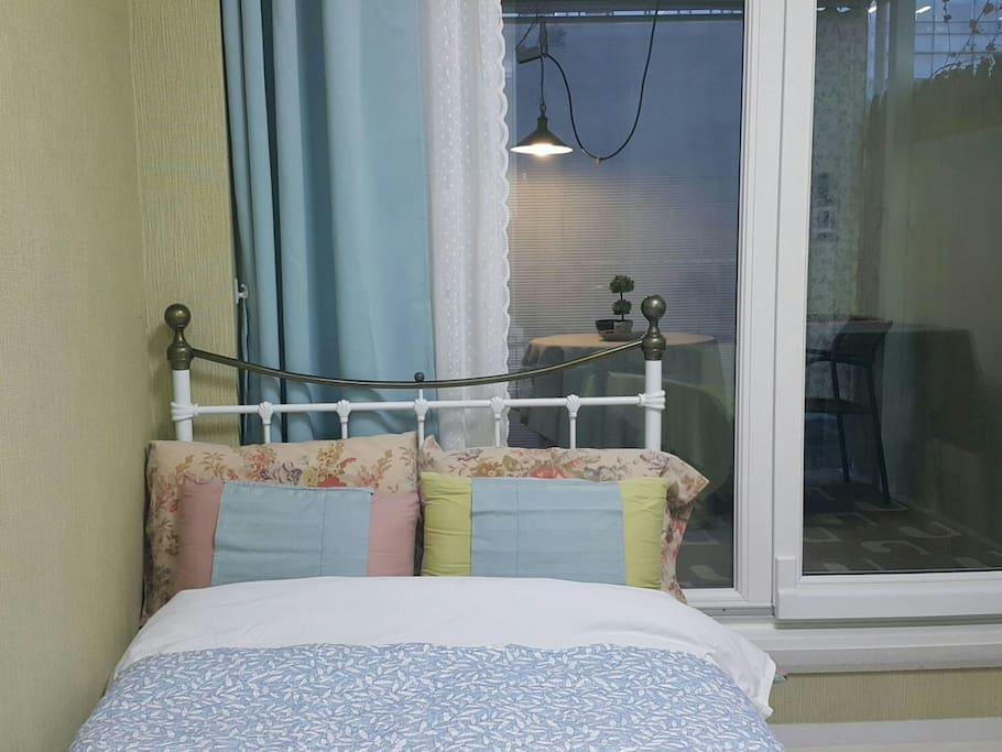 숙소 내부  요청시 보조침대 제공 최근  커튼을 새로 바꿨습니다.  cozy, tidy inside