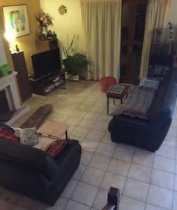 Belle chambre double dans villa - Genas - House