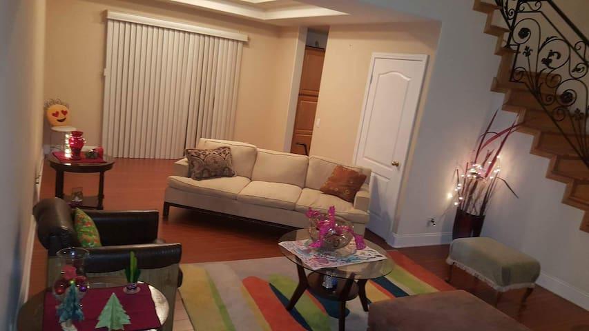 Habitacion amueblada casa grande preferible mujer - Los Angeles