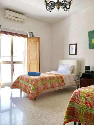 Twinroom in Birkirkara with balcony - Birkirkara - Huis