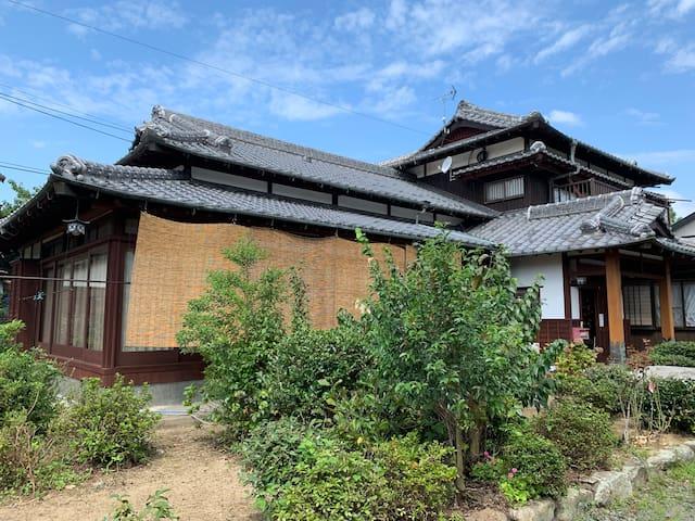 九州観光ならハブIC TOSUそばのステンドの宿「ランプハウス HATAMA」がベスト民泊認可宿