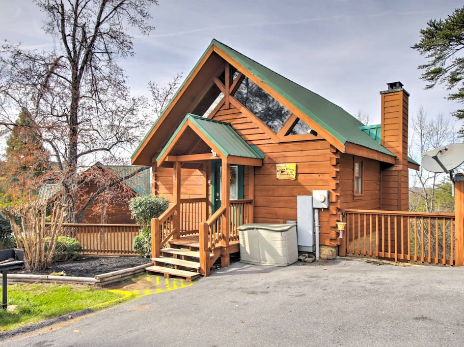 Situated within Arrowhead Resort, this cozy cabin is minutes from endless attractions.