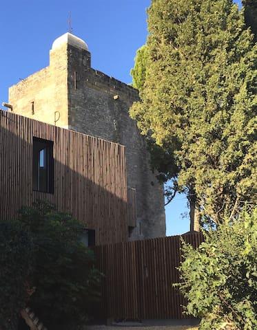 Maison contemporaine au pied d'une tour médiévale - Montaren-et-Saint-Médiers - Дом