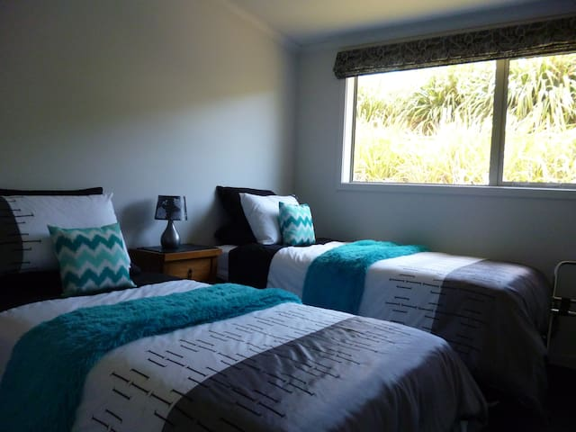 Two private rooms with shared bathroom - Picton