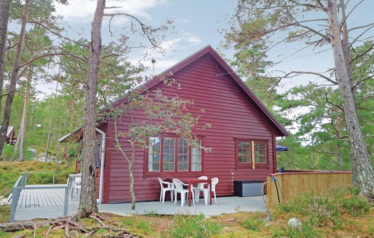 Holiday cottage with 2 bedrooms on 80m² in Varaldsøy
