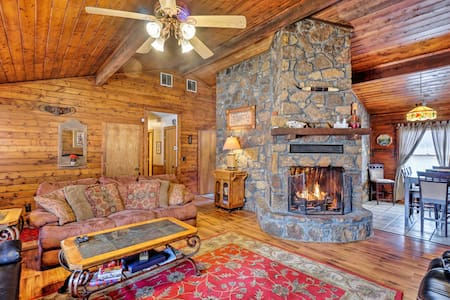 Peaceful 'Hidden Oaks' Real Log Home: Walk to Lake