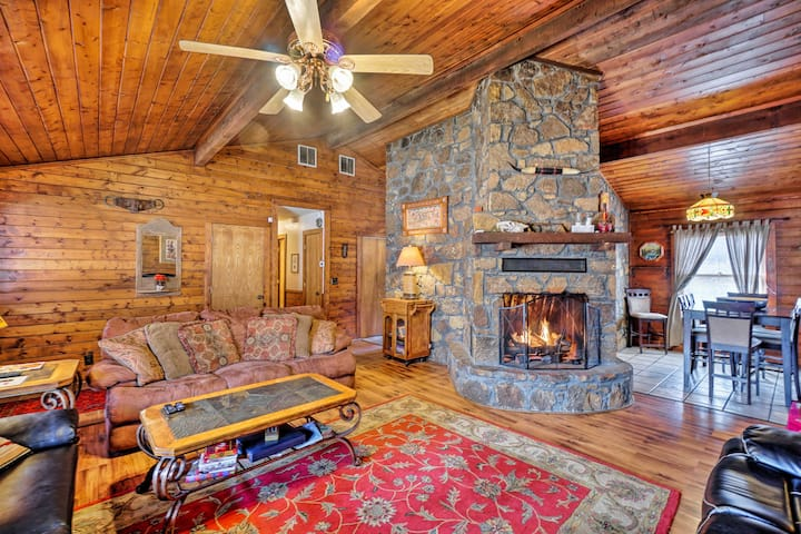 Peaceful 'Hidden Oaks' Real Log Home: 1Mi to Lake!