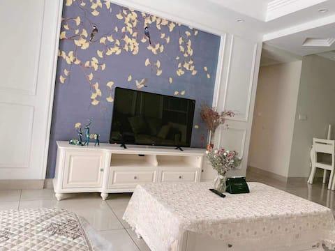 欧式精装修三室两卫,温馨舒适,体验家的感觉。