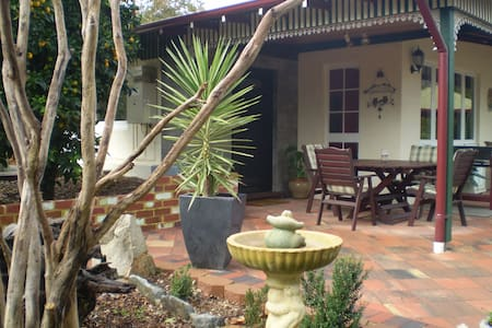 CARINYA COTTAGE is Surprising and worth a look :) - Mundaring