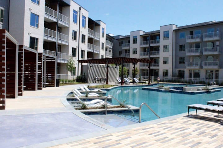 AMAZING POOL VIEWS| Dining & Entertainment|Parking