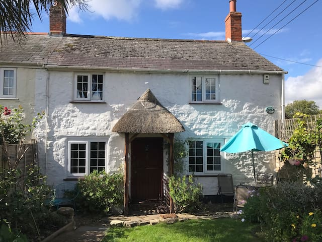 Warm and cosy 2 bedroom cottage centre of village.