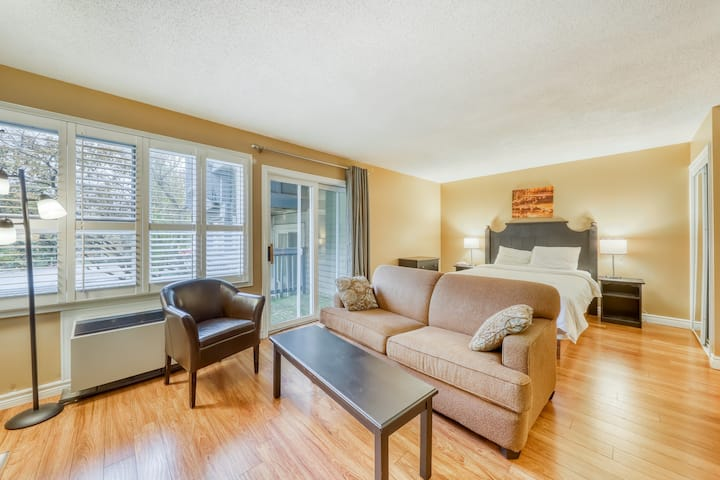 Walk to lifts! Updated studio w/ fireplace & shared pool & tennis!