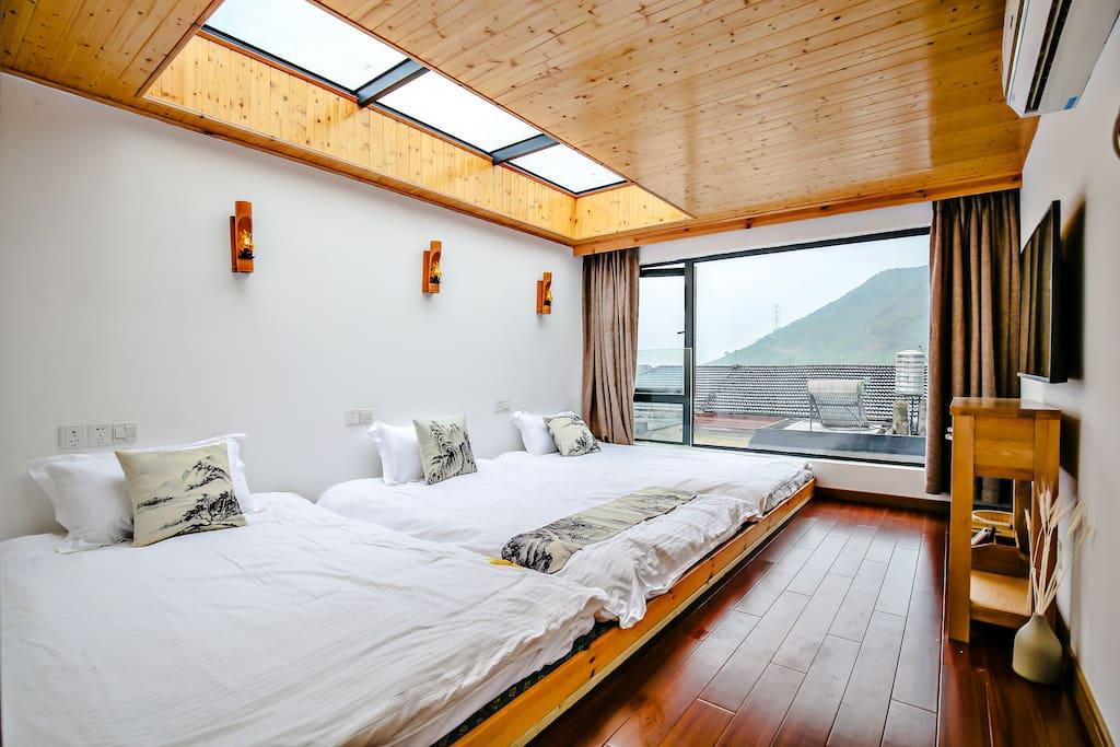 房间名:名蓝寺庙  位于别墅四楼。景观很好,有天窗,晚上睡觉可看星星。。3张1.2米单人床,榻榻米通铺。内有XBOX体感游戏机。