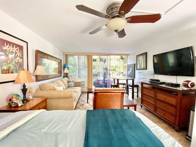 BEACHFRONT Diamond Head ON TOP OF OCEAN Sanctuary Studio with three beds, AC, beach chairs, wifi, and cable TV