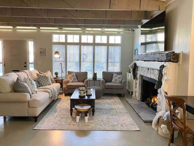 Historic Cobblestone Carriage House near Downtown